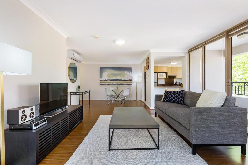 A seating area at Woolloomooloo Modern Apartment 12BRK