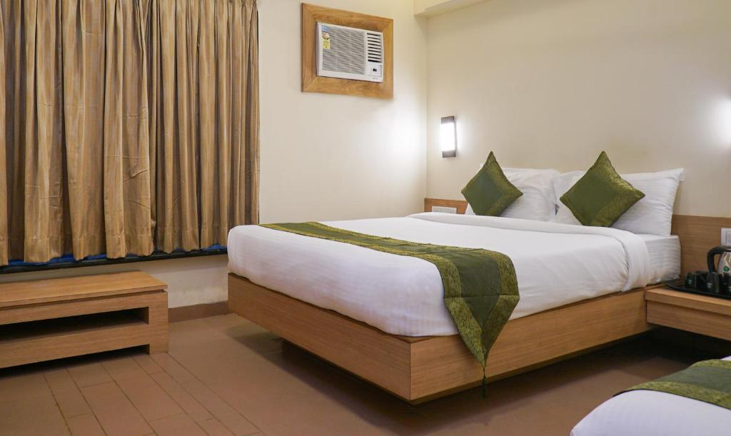 A bed or beds in a room at Rahi Plaza