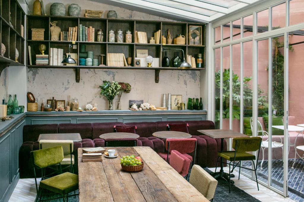 Salon ou bar de l'établissement La Planque Hotel