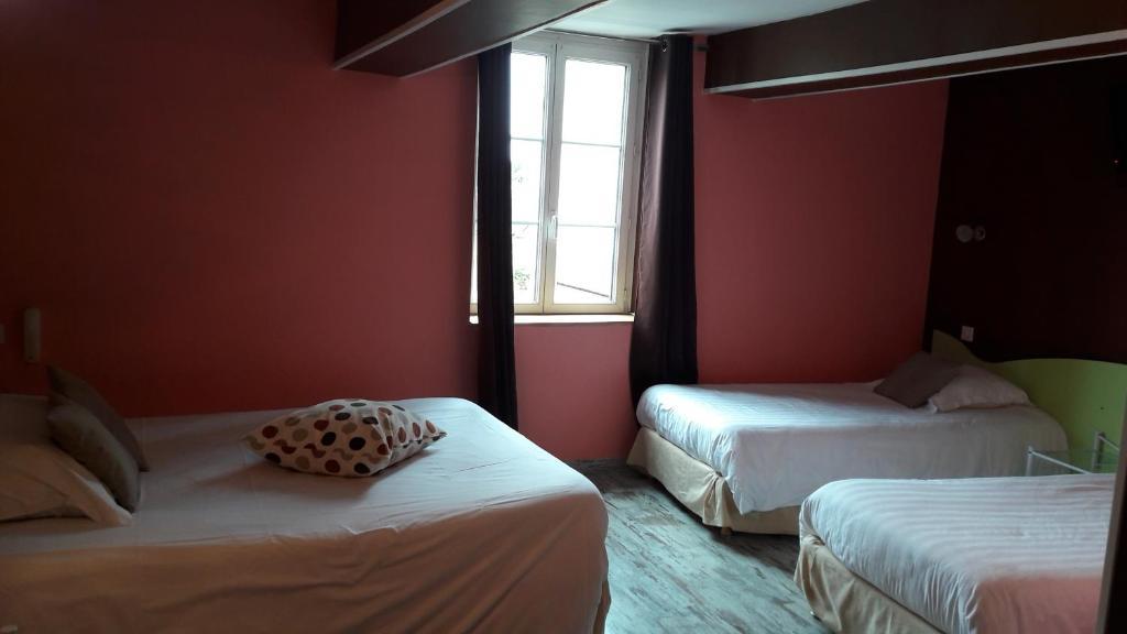 A bed or beds in a room at Hostellerie du Lion d'Or