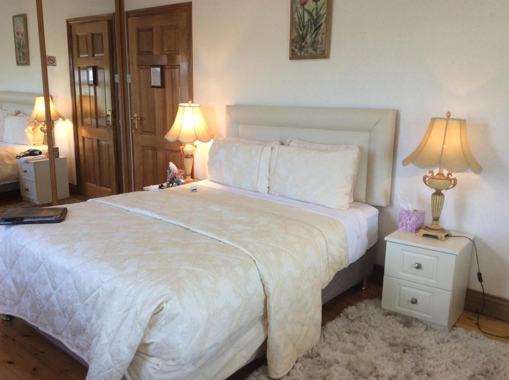 A bed or beds in a room at Rosdarrig Bed & Breakfast