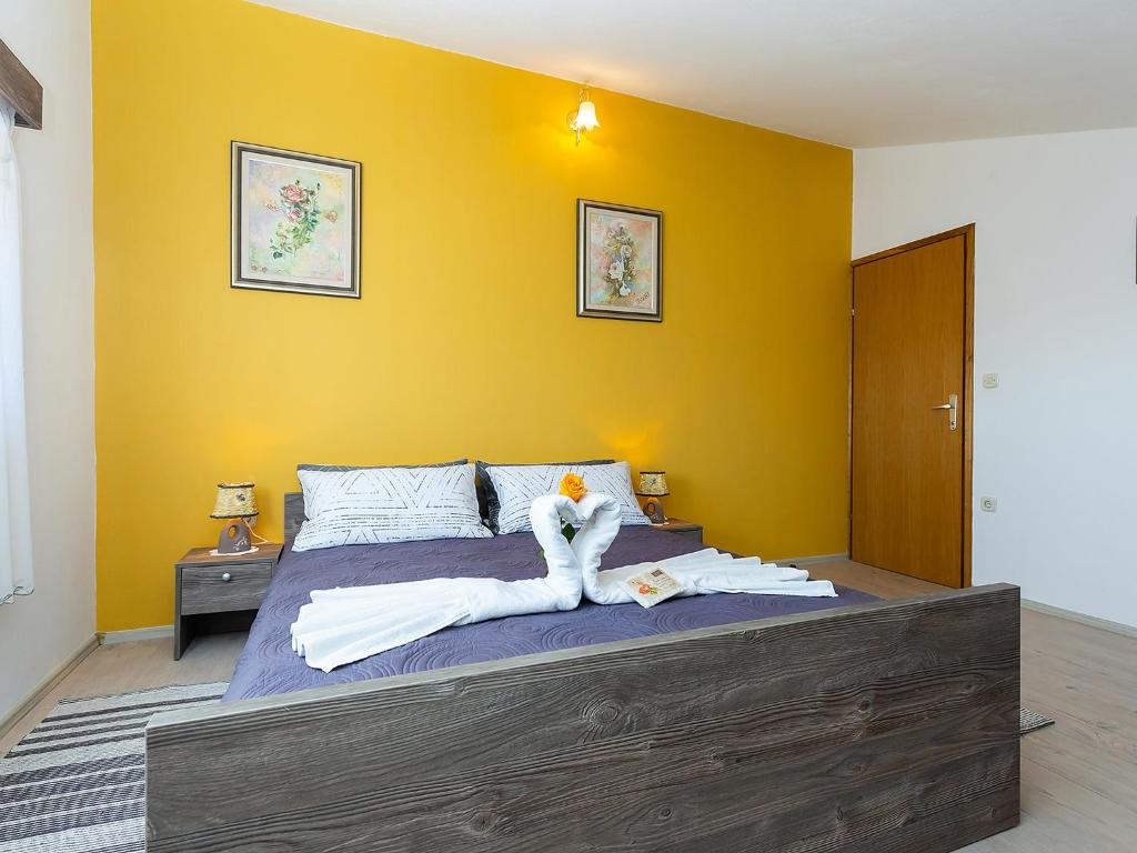 A bed or beds in a room at Apartments Alice Green Oasis -