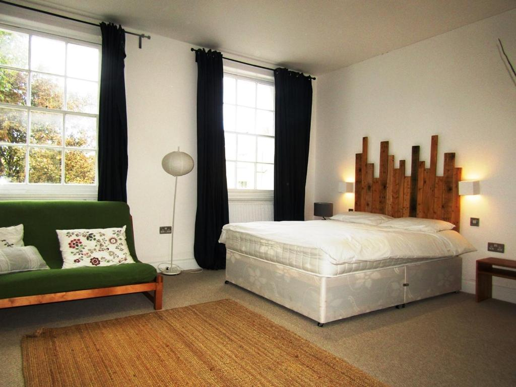 A bed or beds in a room at Large Modern Private Room in King Cross (5)