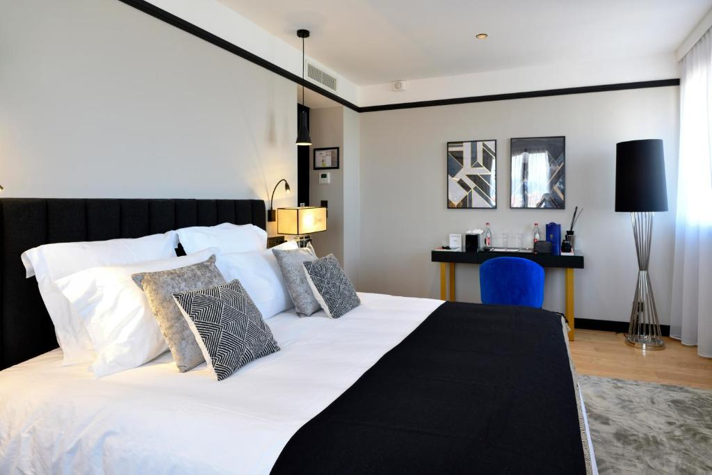 A bed or beds in a room at Hôtel le Touring
