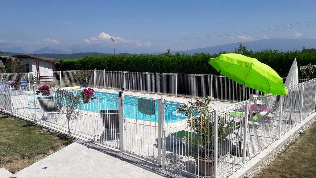 Vue sur la piscine de l'établissement Chambres d'hôtes proche d'Annecy ou sur une piscine à proximité