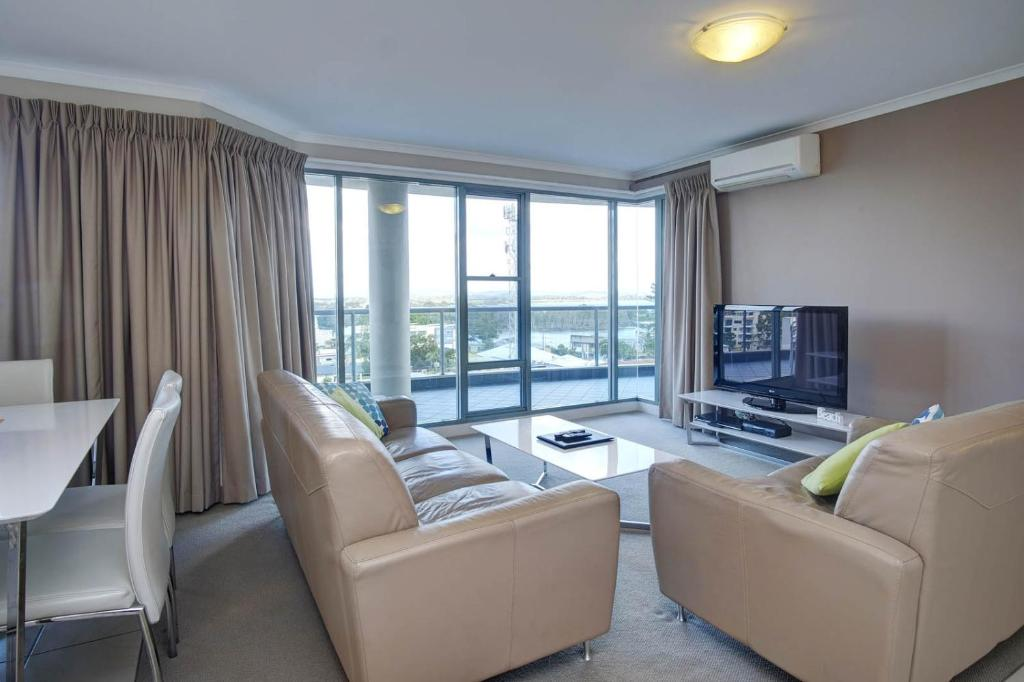 A seating area at Sails Apartments