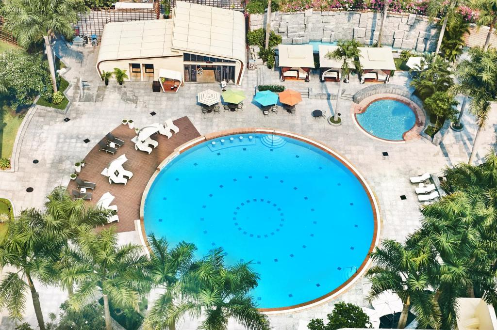 Ein Blick auf den Pool von der Unterkunft Lotte Hotel Saigon oder aus der Nähe