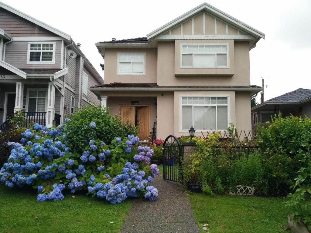 Helen's House / Close to Skytrain and Airport
