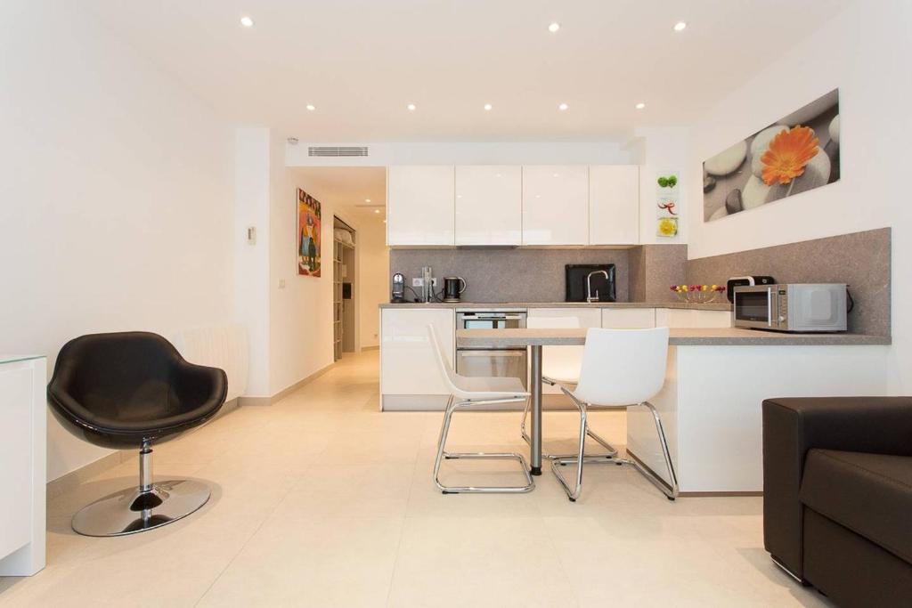 A kitchen or kitchenette at Chic & Modern 1bed next to Martinez