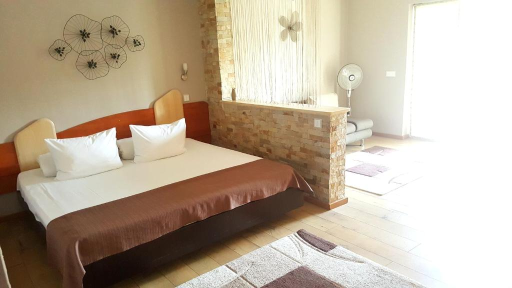 A bed or beds in a room at Apartament Confort Calea Turzii