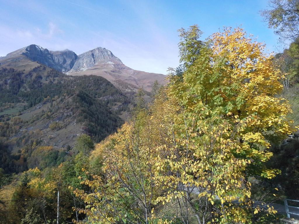 Vista generica sulle montagne o vista sulle montagne dall'interno della locanda