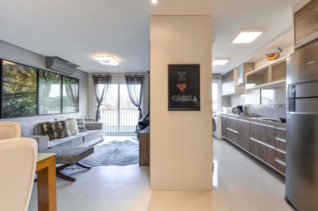 A kitchen or kitchenette at Centro de Canela Apartamento Lindo