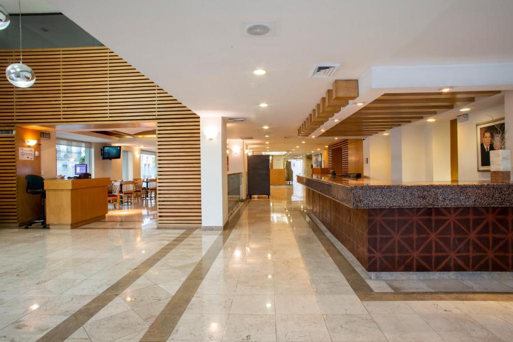 El vestíbulo o zona de recepción de Hotel Plaza Calzada