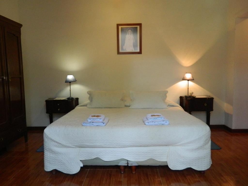 A bed or beds in a room at Hostal El Cerrito San Lorenzo