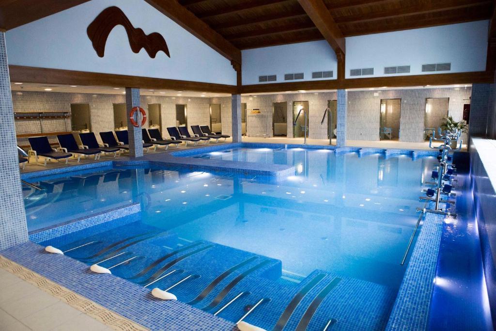 The swimming pool at or near Balneario de Ledesma