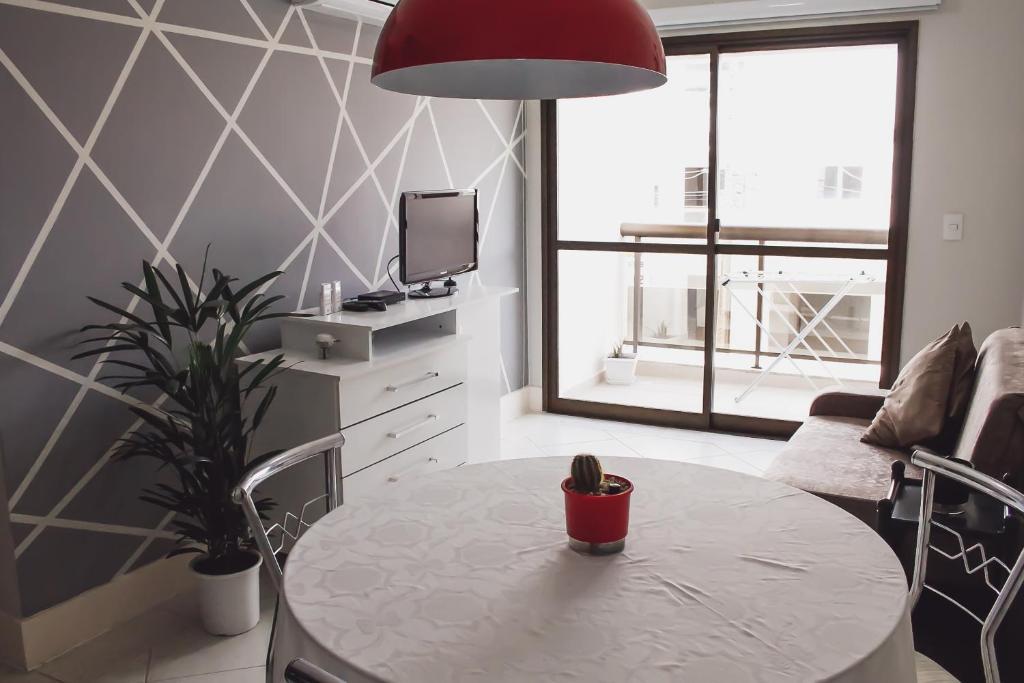 Una televisión o centro de entretenimiento en Lindo apartamento (Ingleses/Santinho)