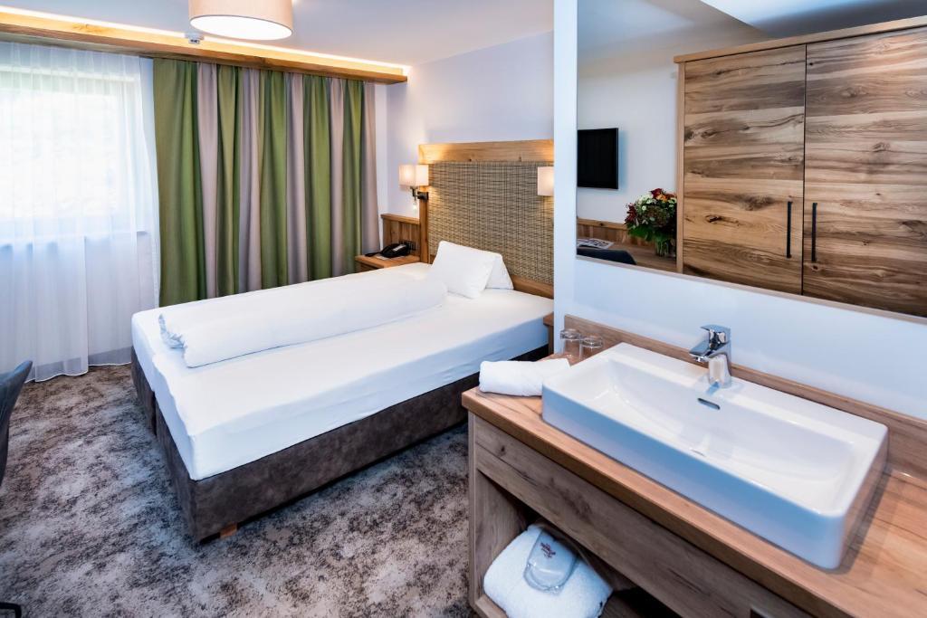A bathroom at Alpensporthotel Mutterberg