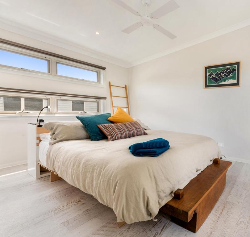 A bed or beds in a room at Alice's Palace, 2-minute walk to lifeguard patrolled surf beach