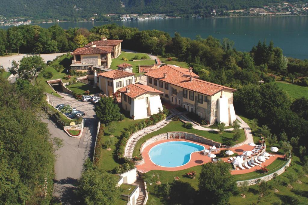 Blick auf Romantik Hotel Relais Mirabella Iseo aus der Vogelperspektive
