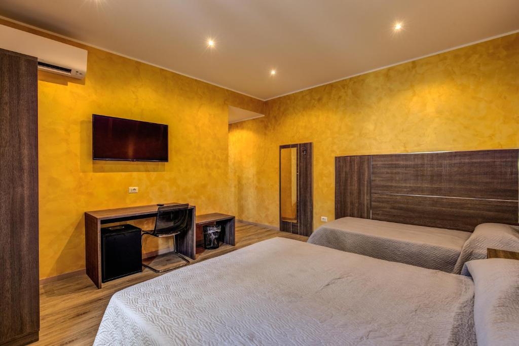 A bed or beds in a room at Hotel Osimar