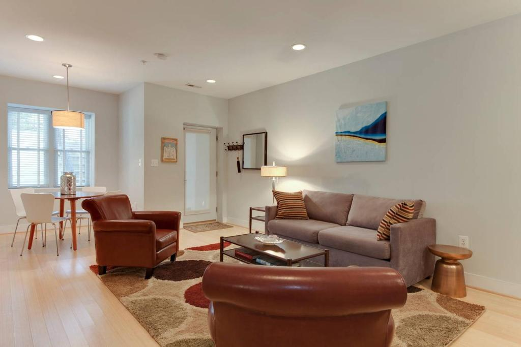 A seating area at Central Townhouse Flat Near Metro + Parking Pass