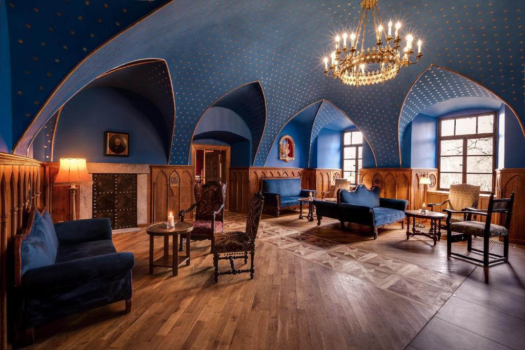 A restaurant or other place to eat at Zamek Karpniki Schloss Fischbach