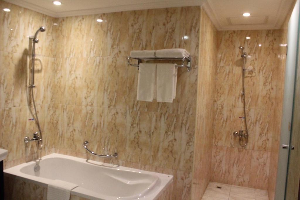 Ett badrum på K108 Hotel Doha