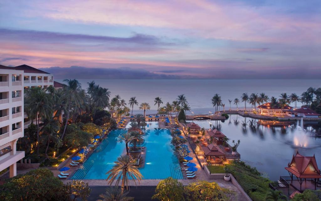 Uitzicht op het zwembad bij Dusit Thani Hua Hin of in de buurt