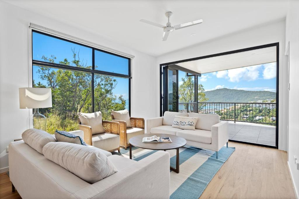 A seating area at Seaviews ! Pool, BBQ, Luxury home in Airlie Beach Central