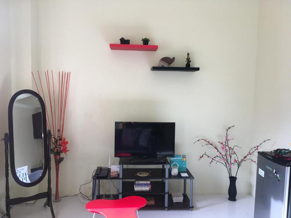A television and/or entertainment center at Cozy Private Apartment - Walk to Downtown