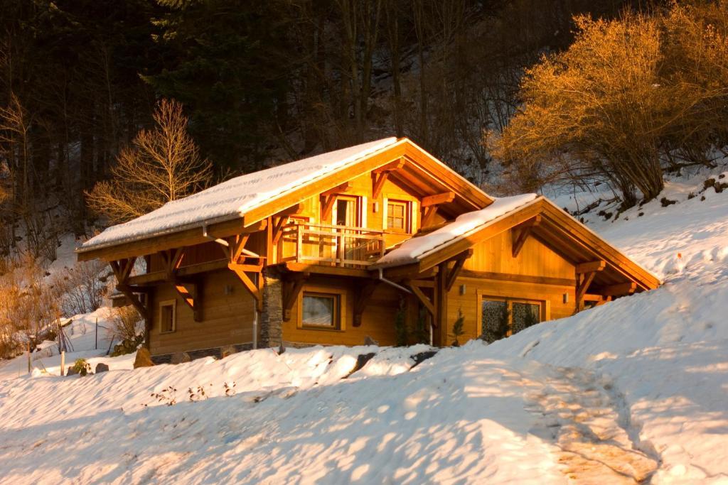 L'établissement Les Chalets des Chatelminés en hiver
