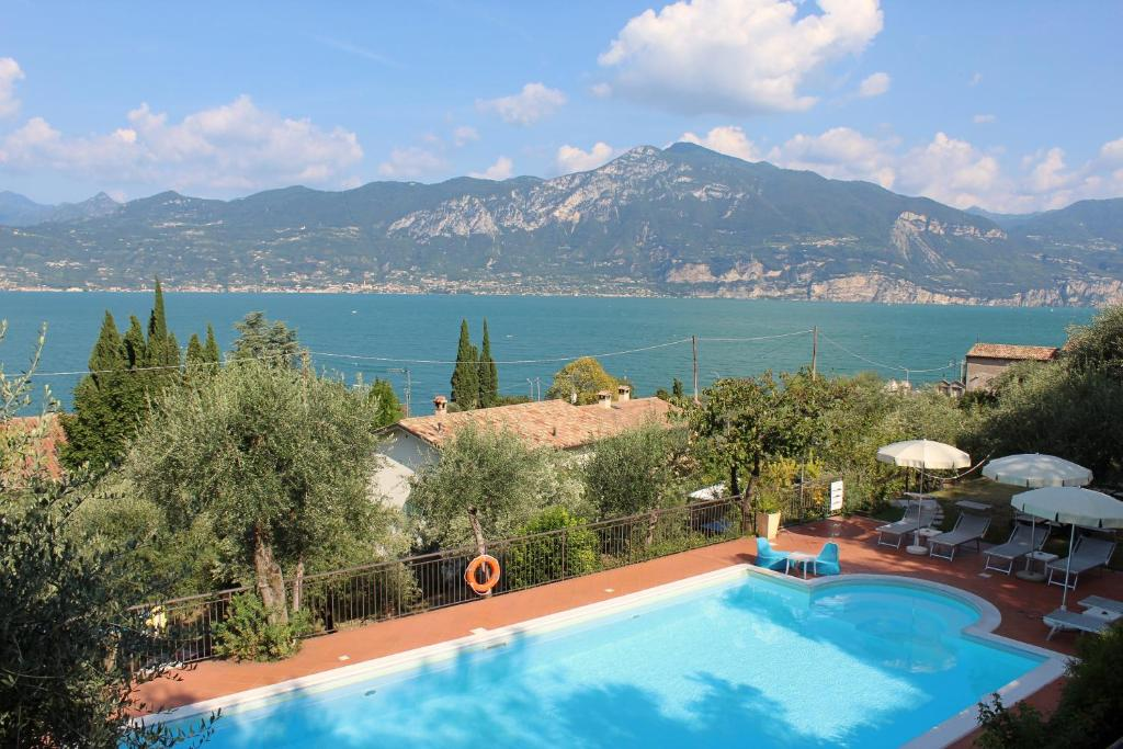 A view of the pool at Hotel Villa Tiziana or nearby