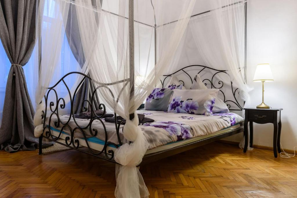 A bed or beds in a room at Cișmigiu Orchid Garden