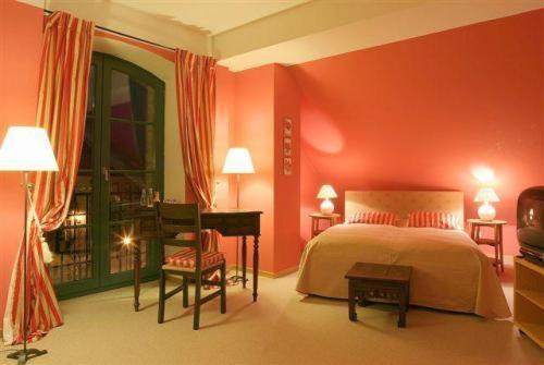 Ein Bett oder Betten in einem Zimmer der Unterkunft Hotel Burg Wanzleben