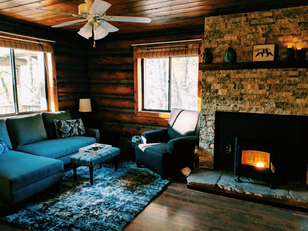 Cozy Cub Log Cabin - Year Round Tranquil Beauty