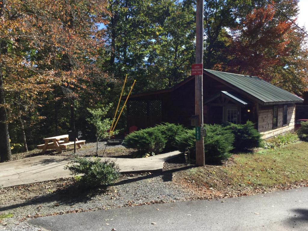 Cabin in the Woods - Fire Pit - Picnic area -Hot Tub - Bear Tracks Mountain Cabins