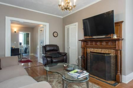 A seating area at Warm Cozy 1st Floor Apartment in Milford Close to Major Cities in Boston