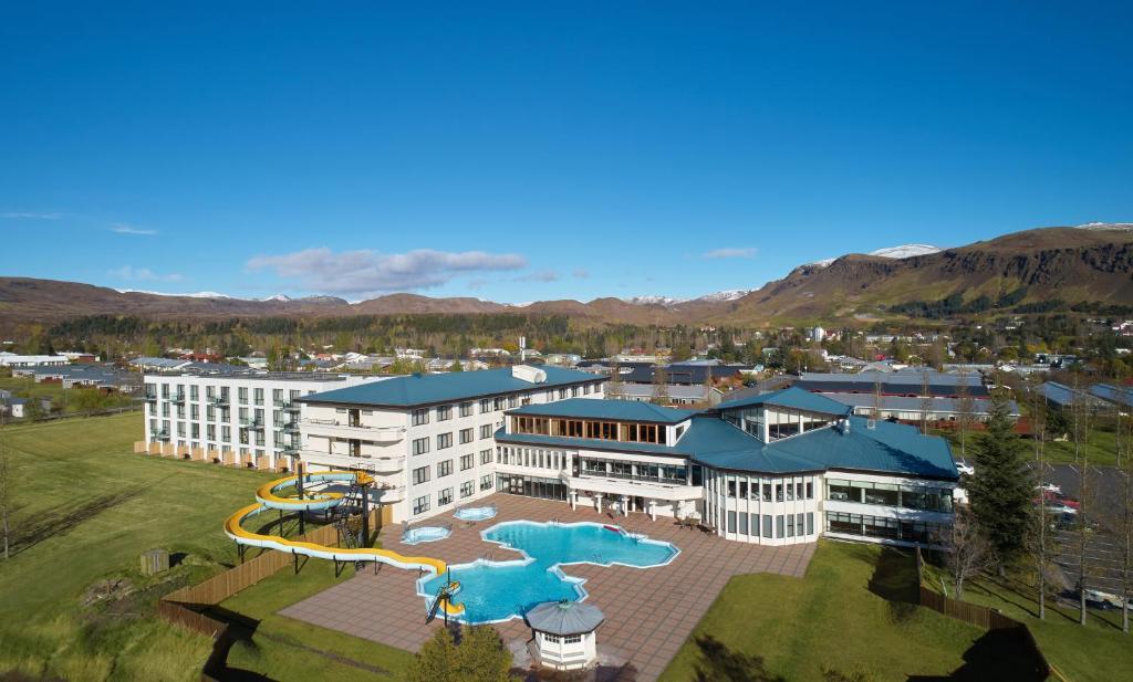 Vista sulla piscina di Hotel Örk o su una piscina nei dintorni