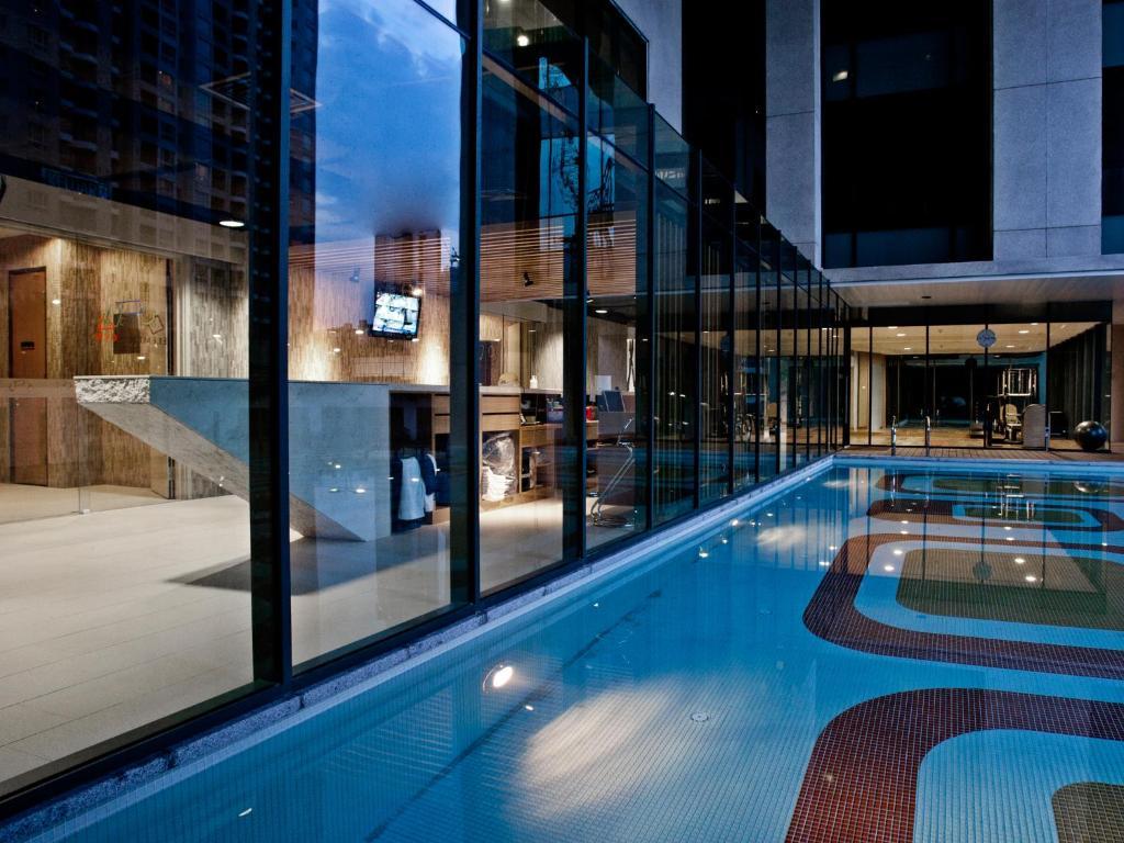 المسبح في فندق جي تاور أو بالجوار