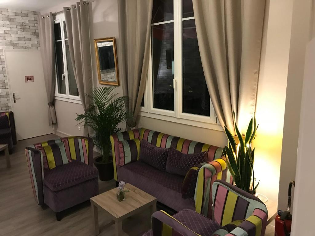 A seating area at HÔTEL LES IRIS
