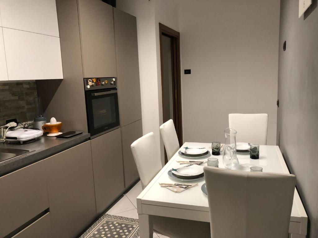 A kitchen or kitchenette at Appartamento Flagaia