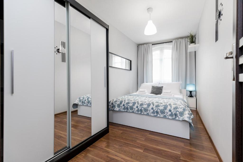 A bed or beds in a room at Apartament Gemini