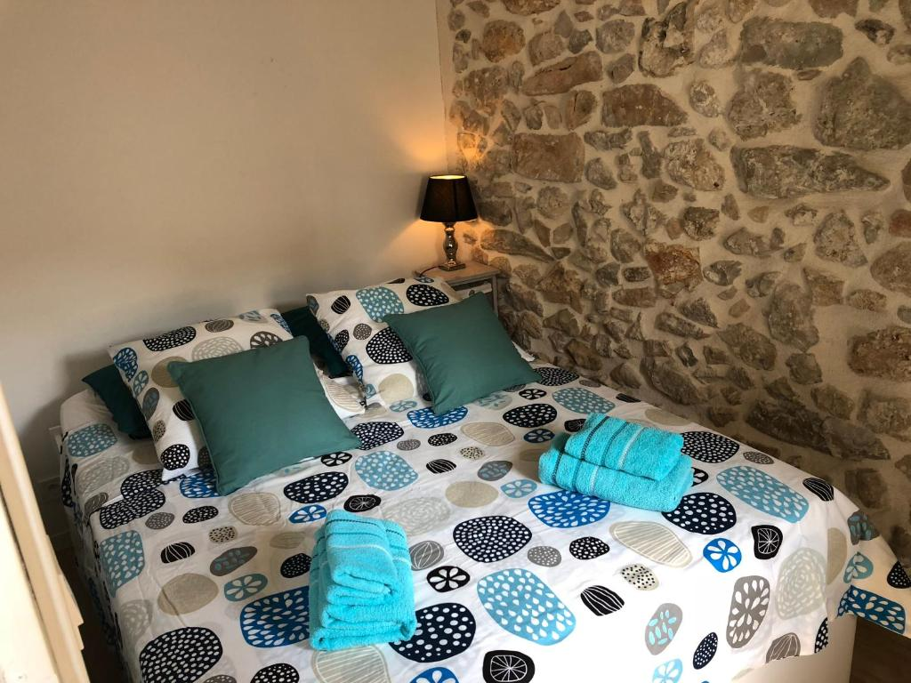 A bed or beds in a room at Appartement Les remparts