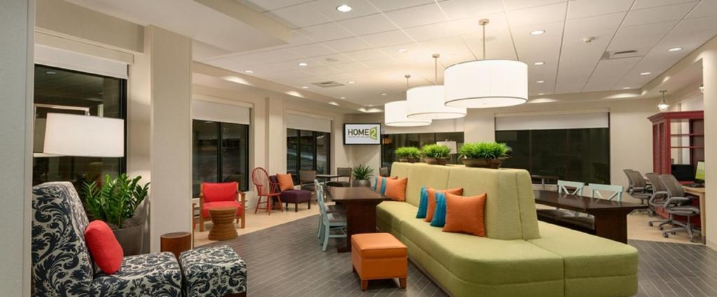 The lounge or bar area at Home2 Suites By Hilton Brooklyn Park Minneapolis