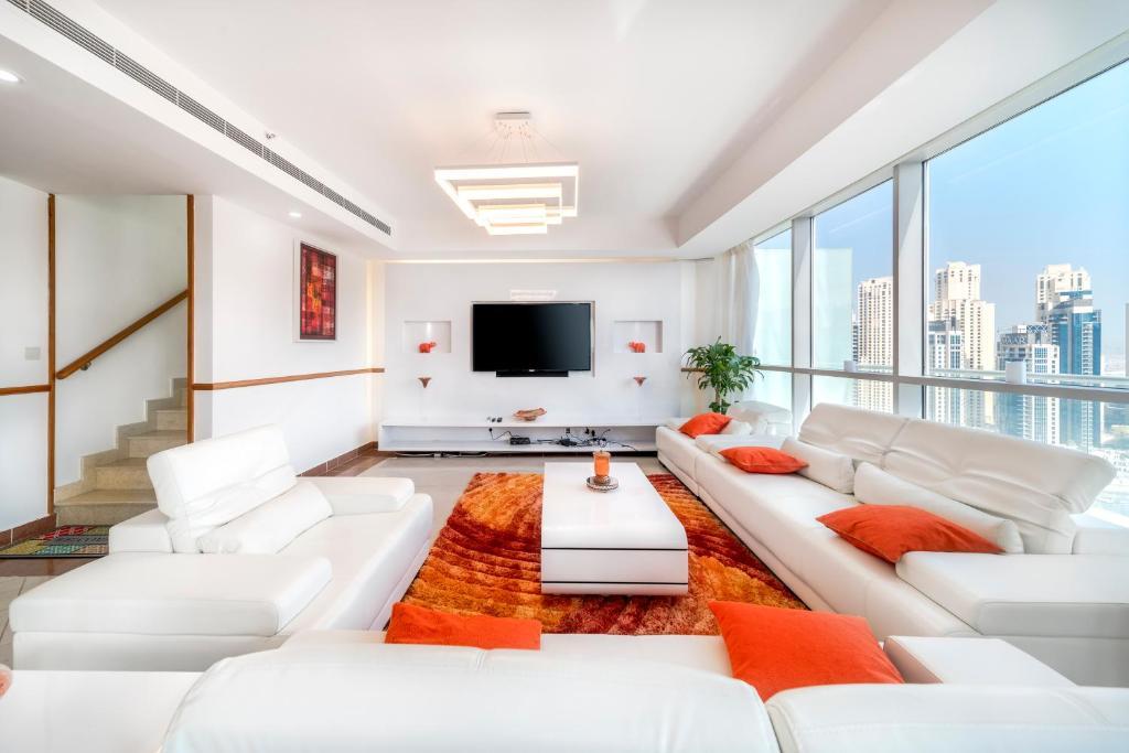 A seating area at The Waves Penthouse Dubai Marina
