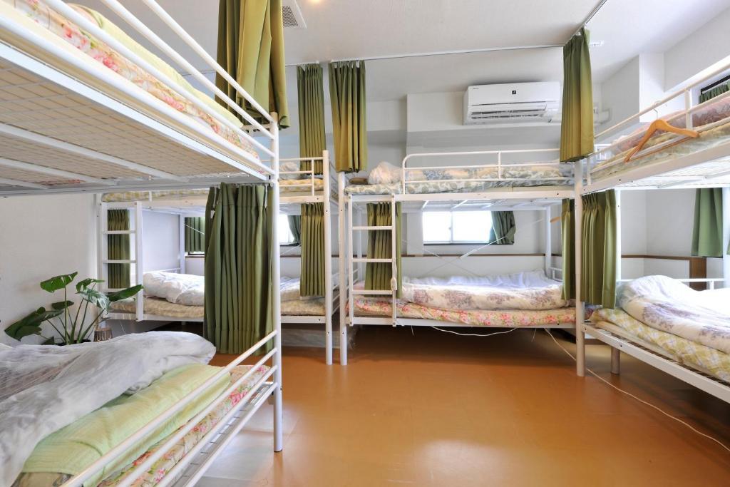 Tempat tidur susun dalam kamar di Akihabara Hotel 3000