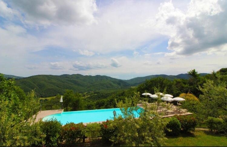 Vista sulla piscina di Borgo d'Usciano o su una piscina nei dintorni