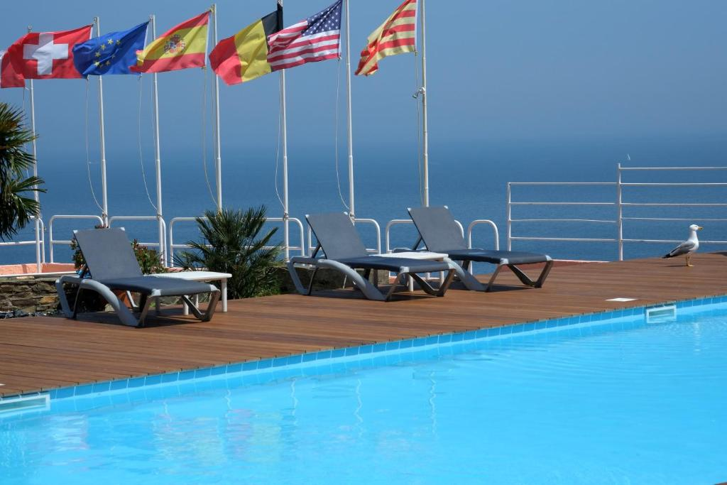 The swimming pool at or close to Le Catalan