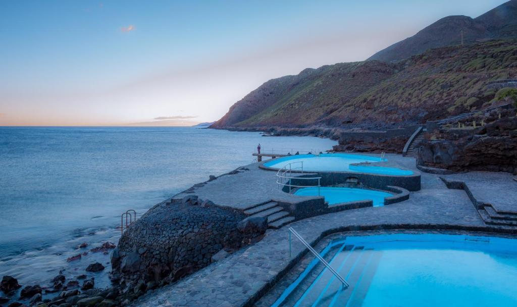 Vista de la piscina de Vistamar La Caleta o alrededores