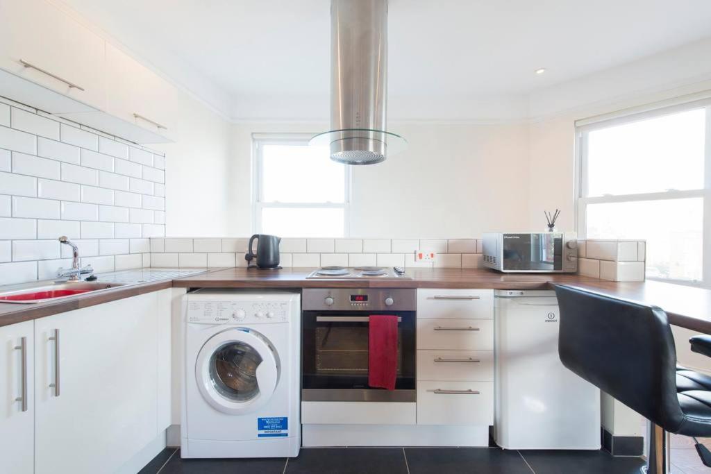 A kitchen or kitchenette at Leckhampton Road Apartments - Cheltenham